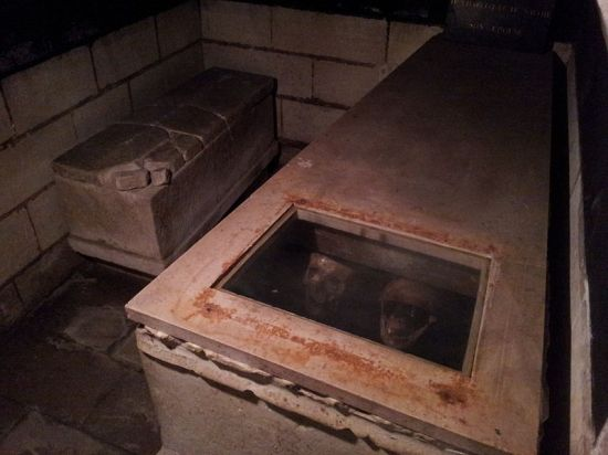 Vault at Clery-Saint-André with the alleged skull of Louis XI (right) and Charlotte of Savoy (left). Image by Bru 37 from Wikimedia Commons