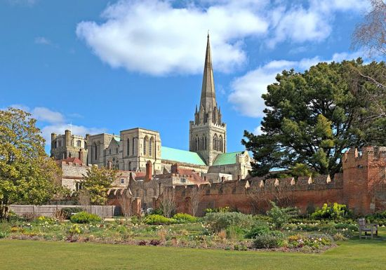 Chichester Cathedral (Image by Evgeniy Podkopaev from Wikimedia Commons)