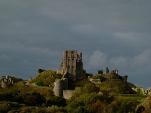 Ruins of Corfe Castle (Image by Robert Brook from Wikimedia Commons)