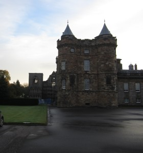 James V Tower at the Royal Palace of Holyroodhouse with the ruins of the Abbey in the background (Photo by the author)