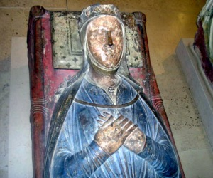 Isabelle d'Angoulême, tomb in the church of the Abbey of Fontevrault (France)  (Image by UAltmann from Wikimedia Commons)